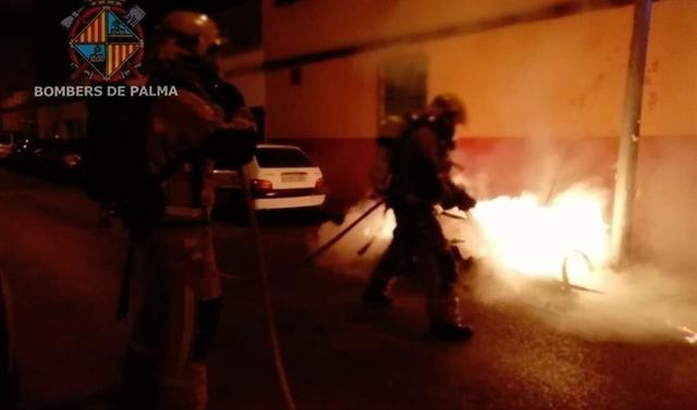 Los Bombers de Palma sofocando las llamas tras una actuación de alguno de los pirómanos