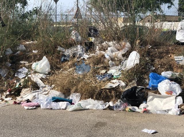 La basura se va acumulando semana tras semana