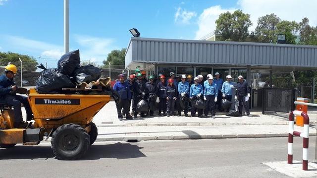 Imagen de los trabajadores de Endesa que han participado en la batida para recoger residuos en los terrenos cercanos a la central de Alcúdia