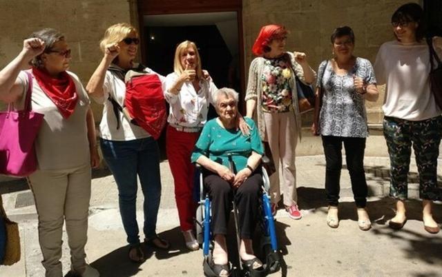 Francisca Alomar Jaume y Bartolomea (Tolita) Riera Alomar, descendientes de víctimas del franquismo, acompañadas por integrantes de Memòria de Mallorca y de Women's Link