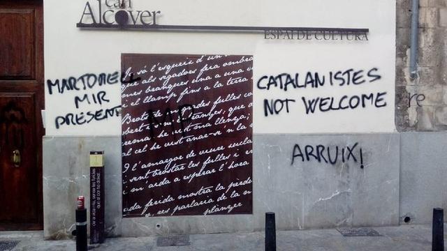 Can Adrover ha vuelto a amanecer con pintadas en su fachada (Foto: Twitter)