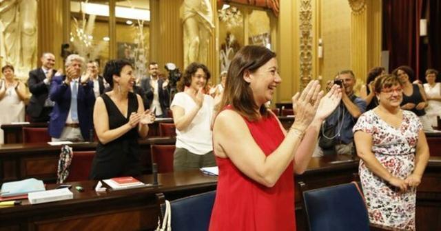 La socialista, exultante tras conocer que gobernará durante otros cuatro años (Foto: Parlament IB)