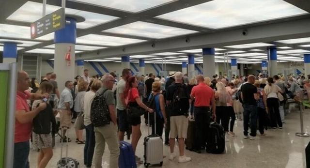 Turistas haciendo cola en el Aeroport de Palma (Foto: EP)