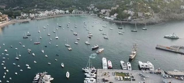 Más de un centenar de embarcaciones fondean a diario sin ningún tipo de control en la bahía del Port