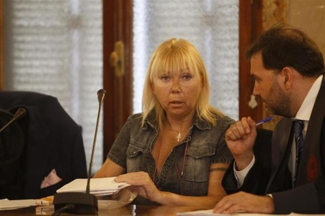 Svetlana hablando con uno de sus dos abogados (Foto: Europa Press)