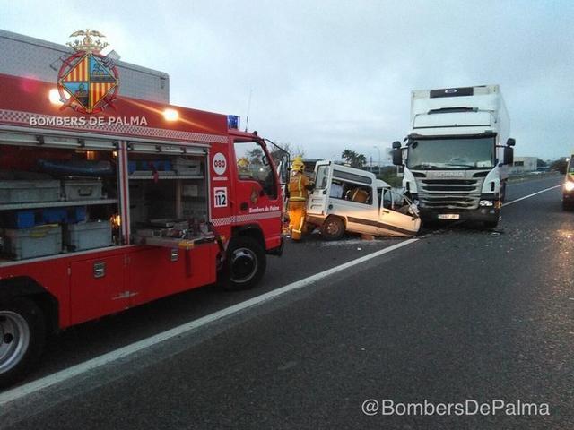 El conductor de la furgoneta ha tenido que ser rescatado tras quedar atrapado (Foto: Bombers de Palma)