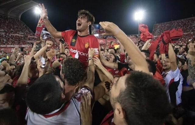 Abdón celebrando el ascenso junto a la afición (Foto: RCDM)