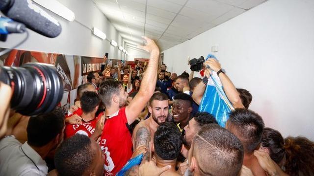 Los barralets celebrando el ascenso en la zona de vesruarios (Foto: RCDM)
