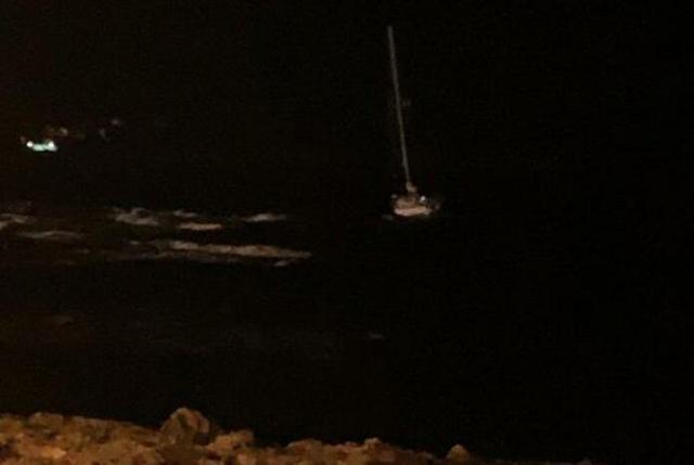 El barco quedó encallado en las rocas (Foto: Twitter Nicolás Cumberlege)