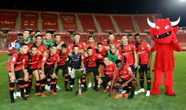 Los barralets posando con el trofeo la pasada temporada tras derrotar al Alcorcón (Foto: RCDM)