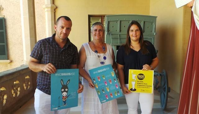 La alcaldesa de Andratx, en el centro de la imagen, exhibe junto a su equipo los carteles de las campañas