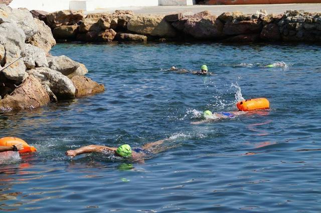 La travesía a nado pone a prueba la capacidad deportiva de los participantes.