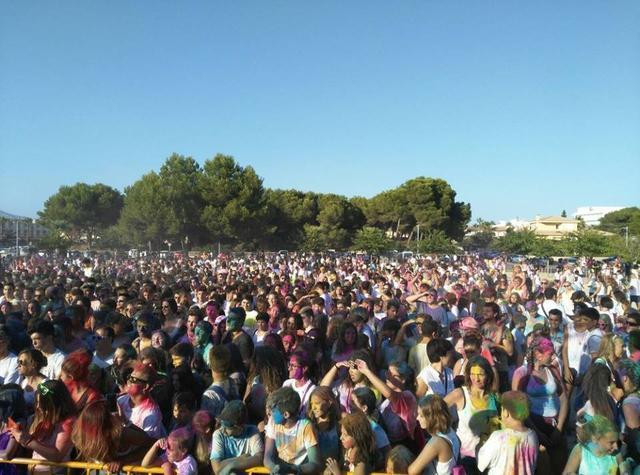 La fiesta Holi congrega a muchos participantes que acaban muy coloridos.