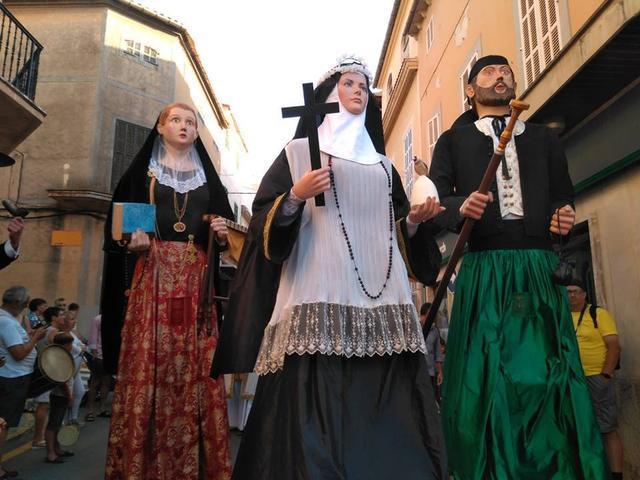 La Beata encabeza a los 'gegants' que acompañan la reliquia e imagen de la patrona.
