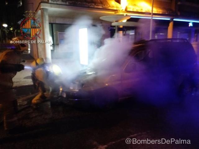 Furgoneta incendiada en la calle Eusebi Estada (Foto: Bombers de Palma)