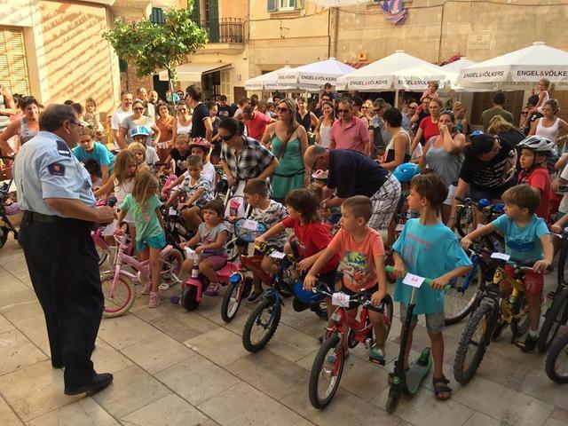La salida en bici congrega a un gran número de pequeños participantes.