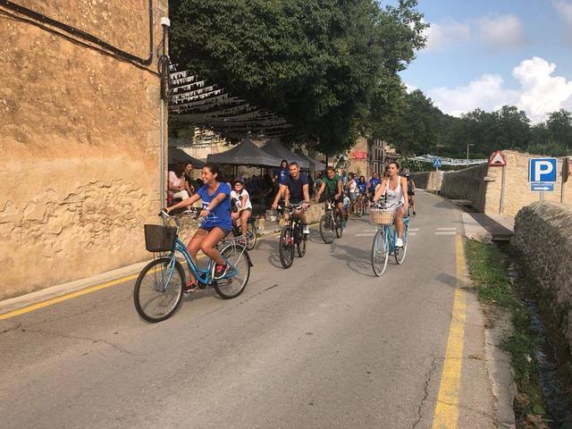La salida en bici para toda la familia congrega a un gran número de participantes de todas las edades.