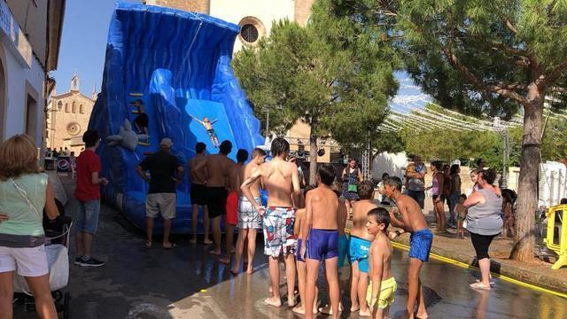 La refrescante fiesta acuática asegura la diversión a los jóvenes del pueblo.