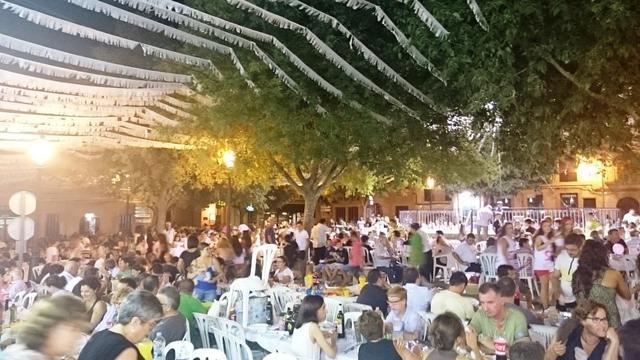 El 'sopar a la fresca' reúne a manteles a todos los vecinos en la plaza del pueblo.