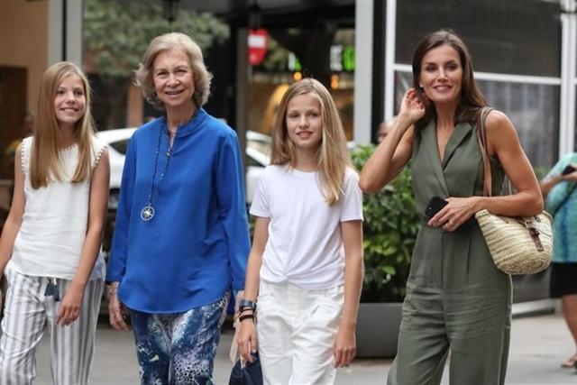 La Reina Letizia con sus hijas y Doña Sofía en su escapada al cine (Foto: EP)