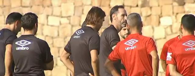 Vicente Moreno con sus jugadores esta mañana en Marbella
