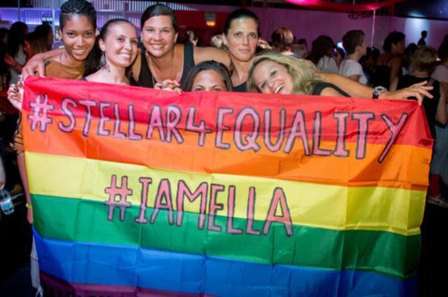 Unas jóvenes despliegan orgullosas su bandera (Foto: ELLA Festival)
