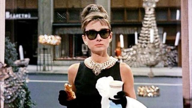 """Audrey Hepburn en una icónica escena de """"Desayuno con diamantes"""""""