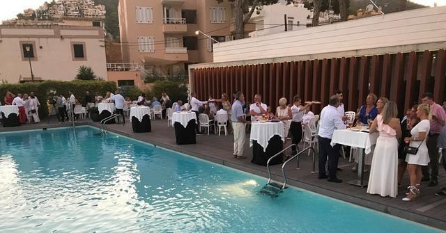 Los asistentes durante el aperitivo en la piscina del Club de Vela