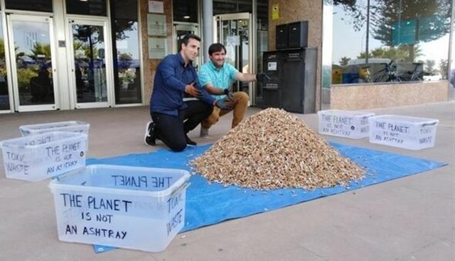 El fundador de la campaña 'No más colillas en el suelo', Miquel Garau (izquierda), y el director general de Residuos y Educación Ambiental, Sebastià Sansó