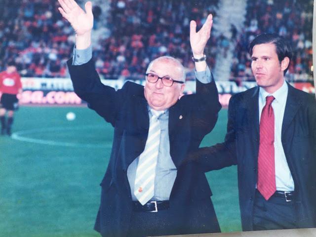 En octubre de 2000, El presidente Mateu Alemany entrega la máxima distinción individual del club a Tomàs Jaume