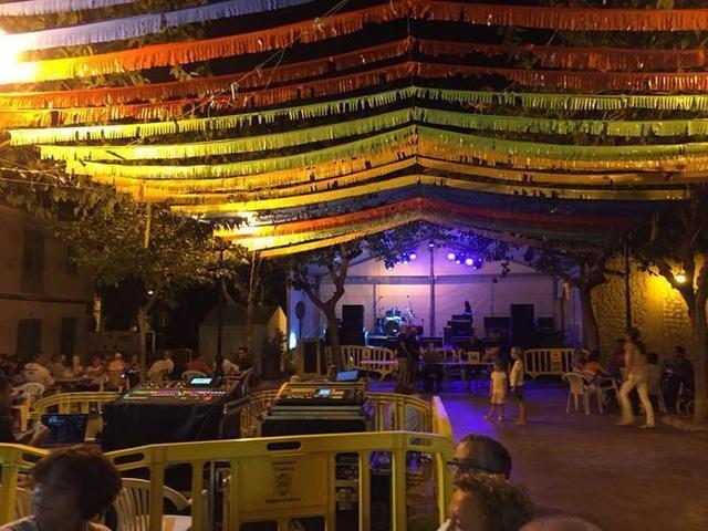 Las verbenas y las actuaciones de los grupos locales protagonistas (Foto: Ayuntamiento de Andratx)