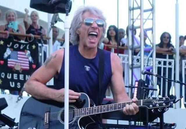 Jon Bon Jovi durante su actuación en aguas mallorquinas (Foto: Twitter)