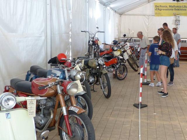 La exposición de motos antiguas es un de los reclamos de la jornada de 'Fira'.