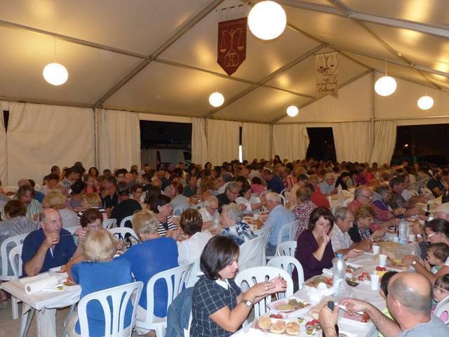 El 'sopar de pa amb oli' reúne a todo el pueblo en un gran acto de hermandad entre vecinos.
