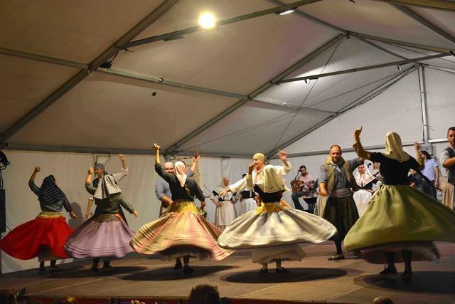 La velada folclórica incorporó una muestra de bailes tradicionales.