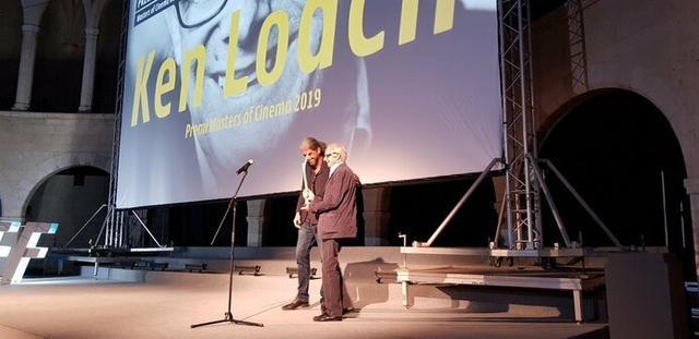 Fernando León de Aranoa entrega el premio 'Masters of Cinema' a Ken Loach en reconocimiento a su trayectoria profesional