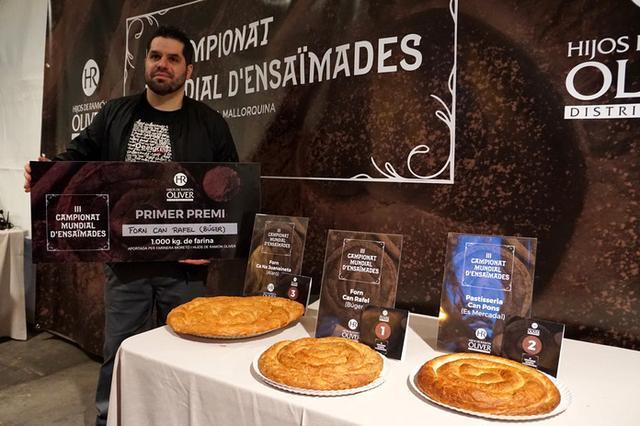 Rafel recogiendo el título de Campeón del Mundo de ensaimadas, como fruto a un trabajo hecho con profesionalidad , con materias de primera calidad y su toque personal