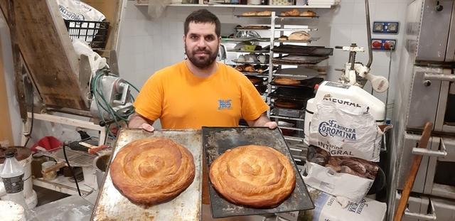 Rafel Solivellas nos muestra dos de sus ensaimadas Campeonas del Mundo recién sacadas del horno