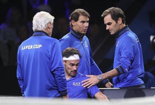 Rafa Nadal junto a Roger Federer y Bjorn Borg aconsejando a Fabio Fognini en la Laver Cup (Foto: EP)