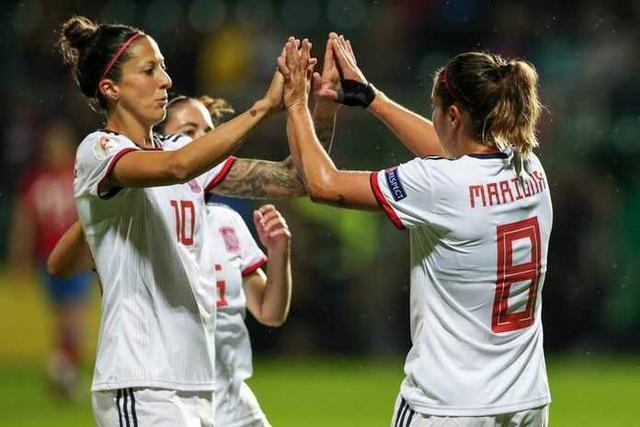Jenni Hermoso felicita a Mariona Caldentey, autora del segundo gol de España (Foto: Twitter)