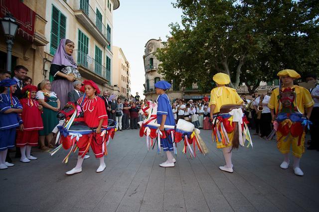 Los 'cavallets cotoners' danzan en la festividad de Sant Miquel, santo patrón de Llucmajor.