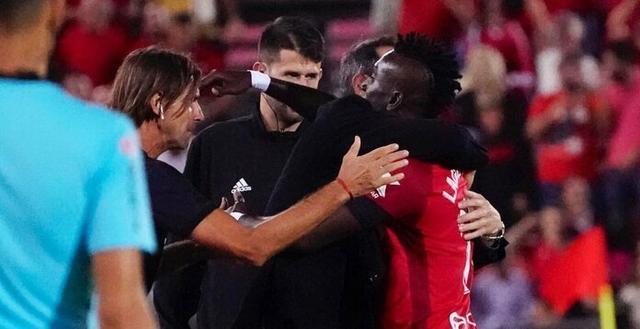 Lago Junior celebra el tanto abrazando a su entrenador, Vicente Moreno (Foto: RCDM)