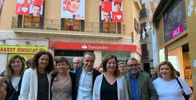 La cúpula socialista este jueves debajo de su sede en Palma (Foto: Twitter)