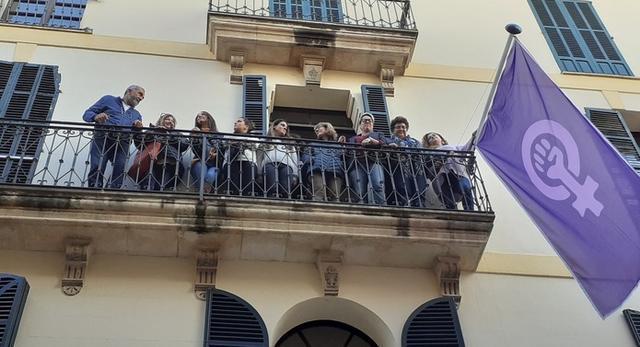 La bandera quedará permanentemente colgada a la balconada de la concejalía (Foto: Ajuntament de Palma)