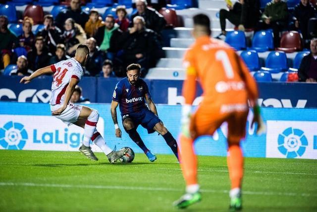 Morales encara a Valjent en un lance del choque disputado esta noche en Valencia (Foto: Twitter Levante)