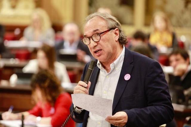 El conseller de Educación, Martí March, durante una intervención en el Parlament (Foto: Conselleria d'Educació)