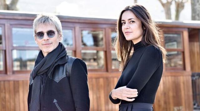 El intérprete argentino, Ariel Rot, junto a la cantante, compositora e instrumentista, Maika Makovski, en el Ferrocarril de Sóller