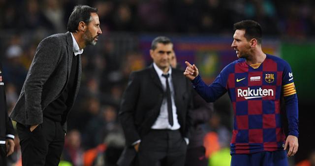 Vicente Moreno y Leo Messi conversan en pleno partido ante la mirada de Valverde