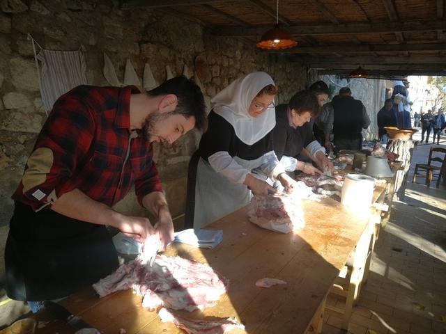 """Vuelven las tradicionales """"matances"""" a Sineu con motivo de la Fira de Sant Tomàs (Foto: MAC)"""