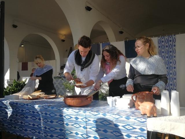 Los visitantes han podido degustar la tradicional sobrassada frita (Foto: MAC)